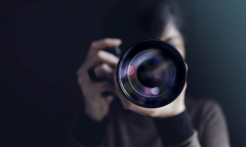 Especialista en video con cámara profesional