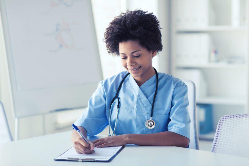 enfermera redactando un documento