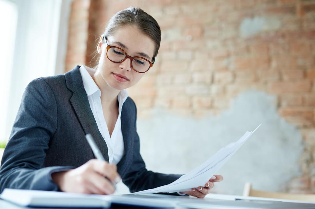 Profesional revisando una solicitud de empleo