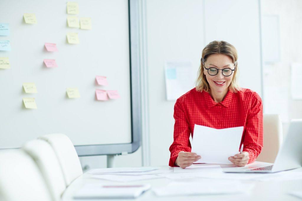 Reclutadora leyendo un currículum con hobbies relevantes para el puesto