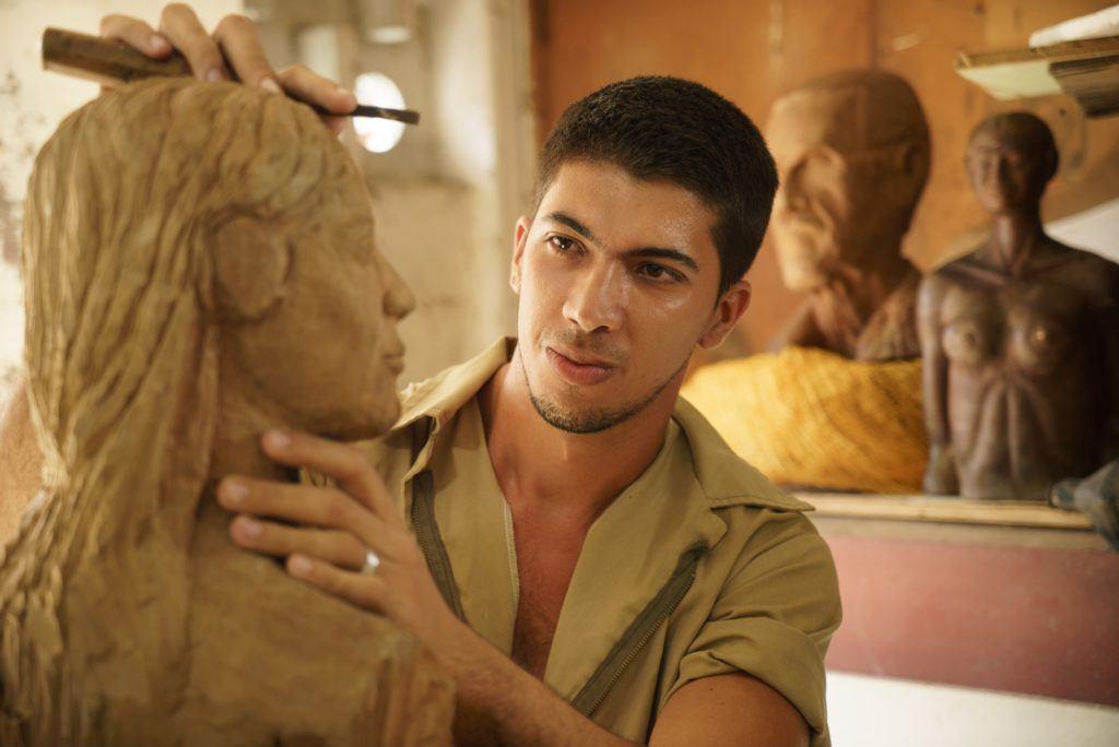 Escultor tallando un busto