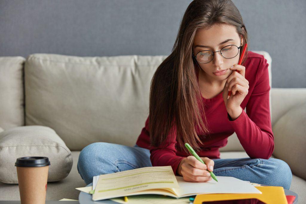 Estudiante redactando