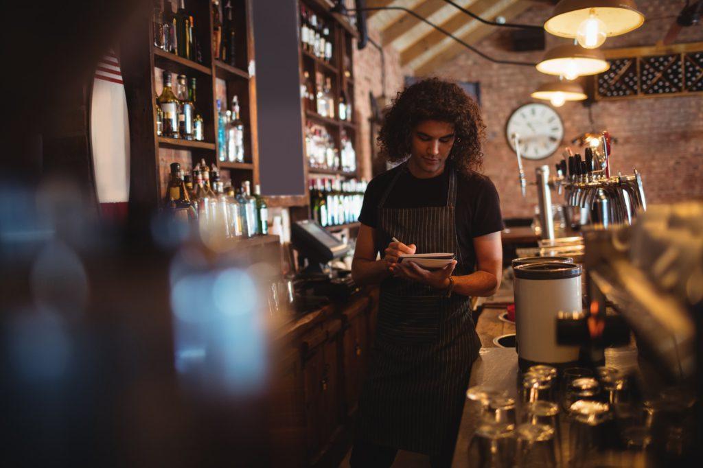barista tomando notas