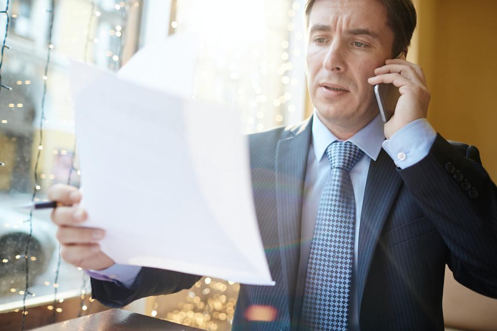Empleador chequeando cómo se escribe un currículum
